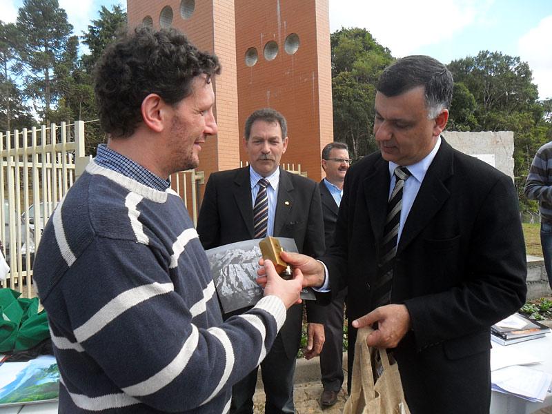 Consegna di doni al Sindaco di Piraquara