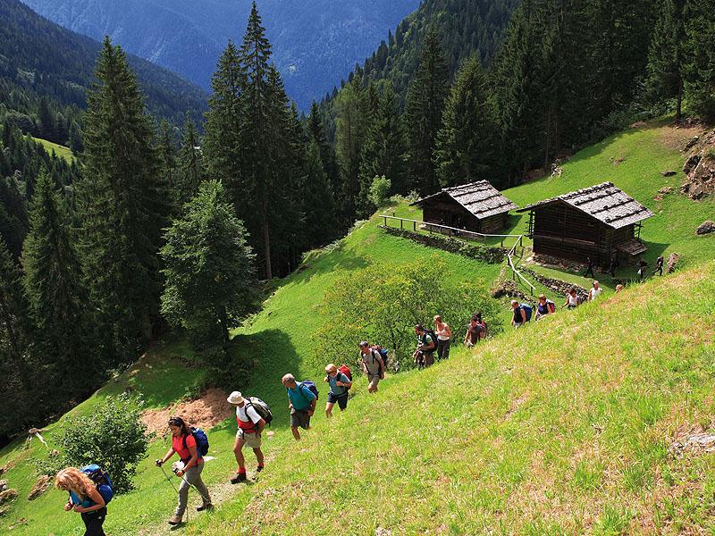 Ecursionisti sul Sentiero Etnografico del Vanoi
