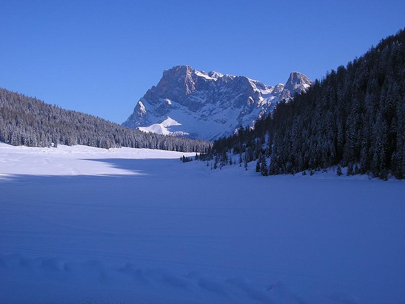 Il Lago di Calaita coperto dal ghiaccio e dalla neve