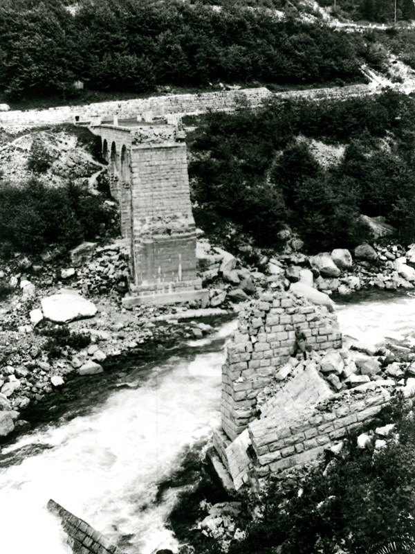 Il ponte sul Vanoi della strada per il Passo Brocon dopo l'alluvione del 1966