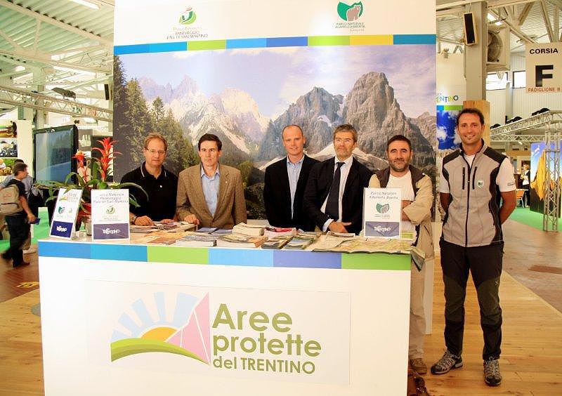Lo staff delle Aree protette del Trentino allo stand di Dolomiti Expo 2011 a Longarone