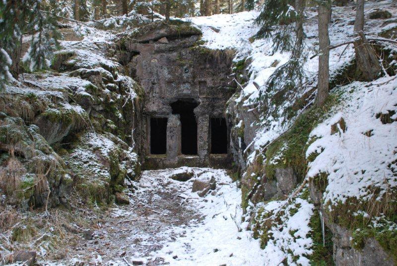 Ingresso bunker nei dintrorni di Forte Dossaccio 2013