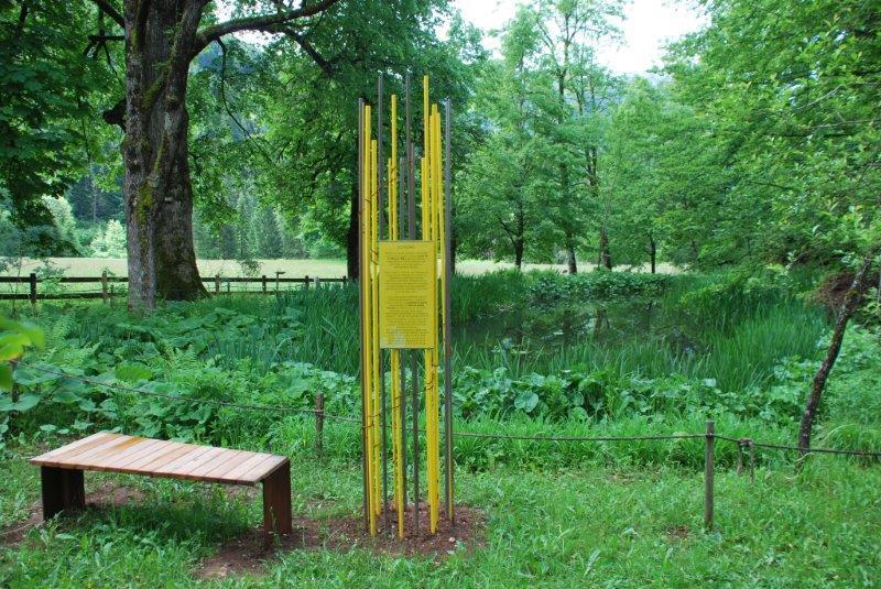 Nuova segnaletica nel giardino della Villa