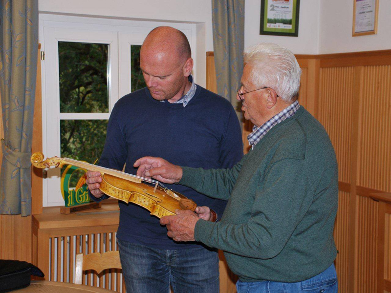 Romano Doff Sotta consegna il pregiato violino al Presidente del Parco