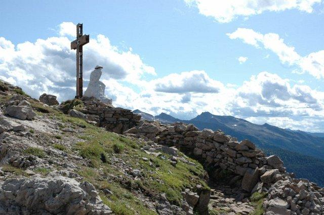 Sommità del Castellazzo con il Cristo Pensante e una tricea della Grande Guerra
